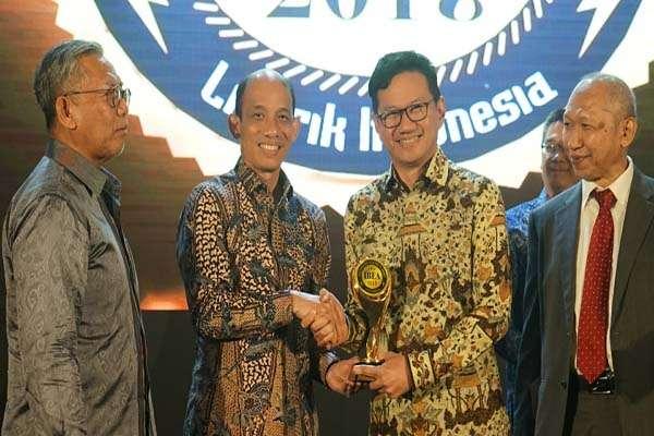 Presiden Direktur Cirebon Power Heru Dewanto menerima penghargaan The Best Environmentally Concerned Company dalam ajang Indonesia Best Electricity Award 2018 di Jakarta, Kamis (15/11/2018) - Istimewa